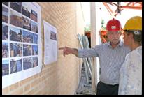 El consejero de Presidencia y Administraciones Públicas, Santiago Moreno, ha visitado hoy en Almodóvar del Campo el nuevo Centro Multifuncional de esta localidad. En la imagen, junto a una de los técnicos que están desarrollando el proyecto.