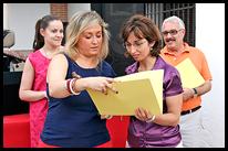 La concejala Marta Blanco (1ª izq.) entrega el grueso de diplomas a la monitora de uno de los cursos desarrollados.