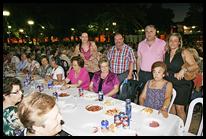 De pie, de izquierda a derecha, la concejala Almudena Cervera; el presidente del Consejo de Mayores y de la UDP 'Valle de Alcudia', Rafael Blanco del Moral; el alcalde, José Lozano; y la concejala de Cultura, Educación y Festejos, Marta Blanco.