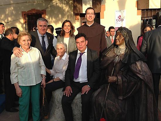 Lozano y Fúnez asistieron en Malagón a la inauguración de la escultura de Santa Teresa, obra de Carlos Guerra