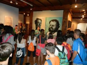 alumnos en expo quijotes de Almodovar y Palmero