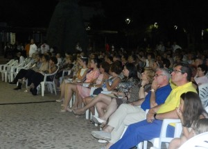 numeroso público con autoridades presenciando el festival
