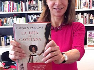 La escritora sostiene un ejemplar de su novela_Fuente Facebook Carmen Posadas