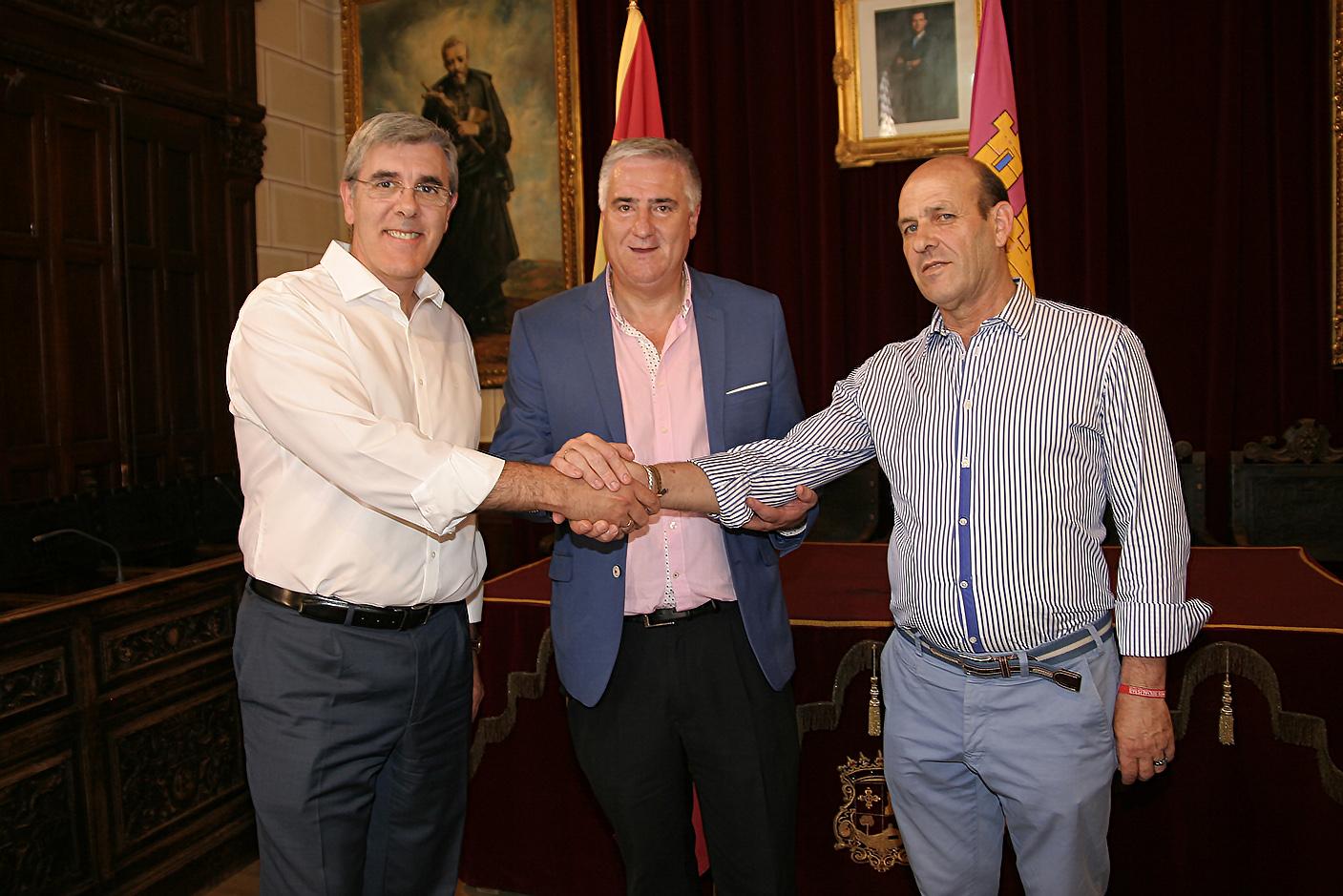 Martínez de Aguirre, Lozano y Real sellan el compromiso con este apretón de manos