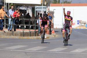 A la derecha, el ganador de la prueba en categoría masculina levanta el brazo