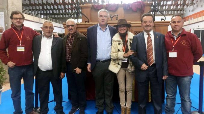 El alcalde y el concejal Jesús González, junto a varios miembros de la Hermandad del Santísimo Cristo de la Caridad, en FEARTECO 2017