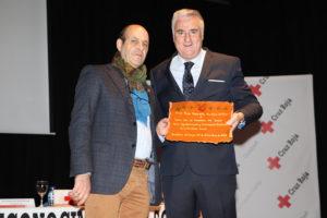 Paco Real y José Lozano, mostrando la placa concedida al Ayuntamiento
