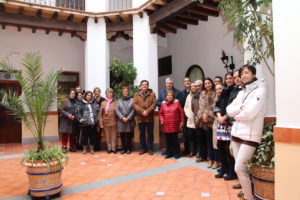 Las autoridades, en el patio de la Casa Natal de san Juan de Ávila, junto a otros vecinos y visitantes