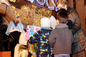 Los niños desfilaron ante los Reyes Magos para recibir sus juguetes