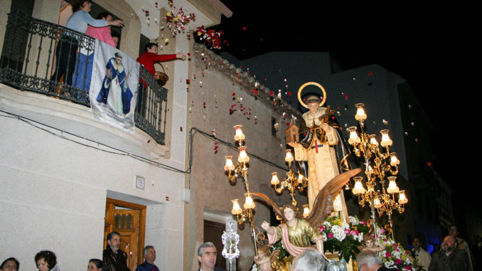 Vecinos de la calle Arbollón, lanzando la petalá