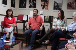 Galán Gal, en el centro, entre la coordinadora del Club de Lectura y la concejala de Cultura