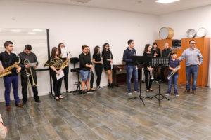 Algunos de los alumnos de la Escuela Municipal de Música, junto a su responsable a la derecha