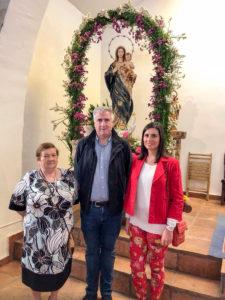 José Lozano, su representante pedánea de San Benito y la concejala de Cultura, ante la Virgen del Rosario