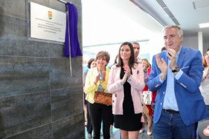 La concejala de Cultura y el alcalde, tras descubrir éste la placa conmemorativa