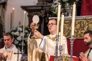 Fray Javier de María, levantando el cuerpo y la sangre de Cristo tras su primera consagración del pan y el vino