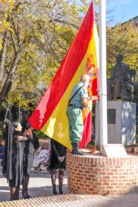 El legionario veterano almodoveño Basilio Molina Robles ha sido el encargado de izar la bandera de España