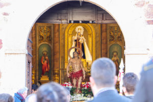 El santo mártir, siendo sacado del templo de la patrona almodovareñoa, la Virgen del Carmen