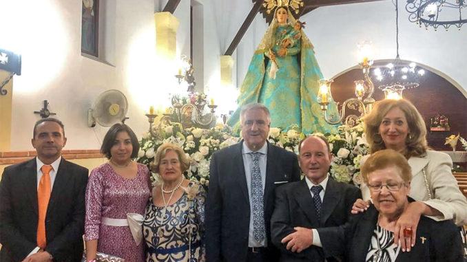 Los alcaldes de Almodóvar y pedáneo, junto a otros miembros de la Corporación y vecinos, ante la Virgen de la Estrella